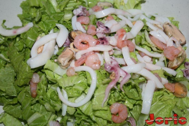 салат с морепродуктами с капустой